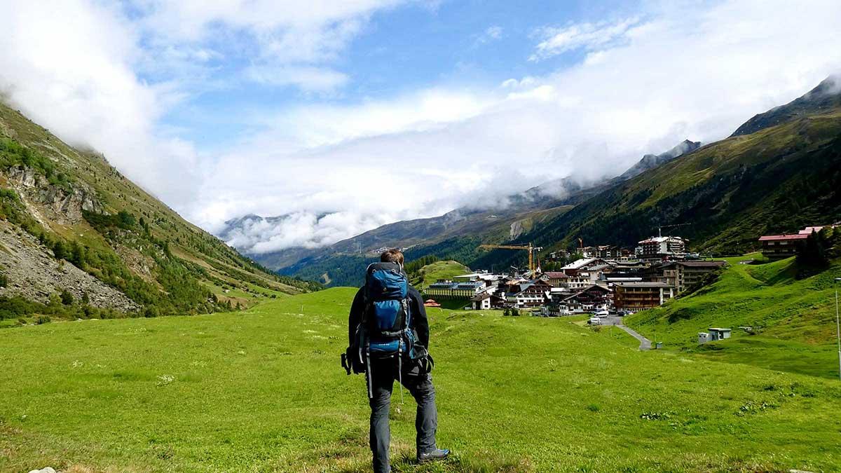 David blickt zurück auf Obergurgl - Unterwegs auf dem Ötztaler Urweg