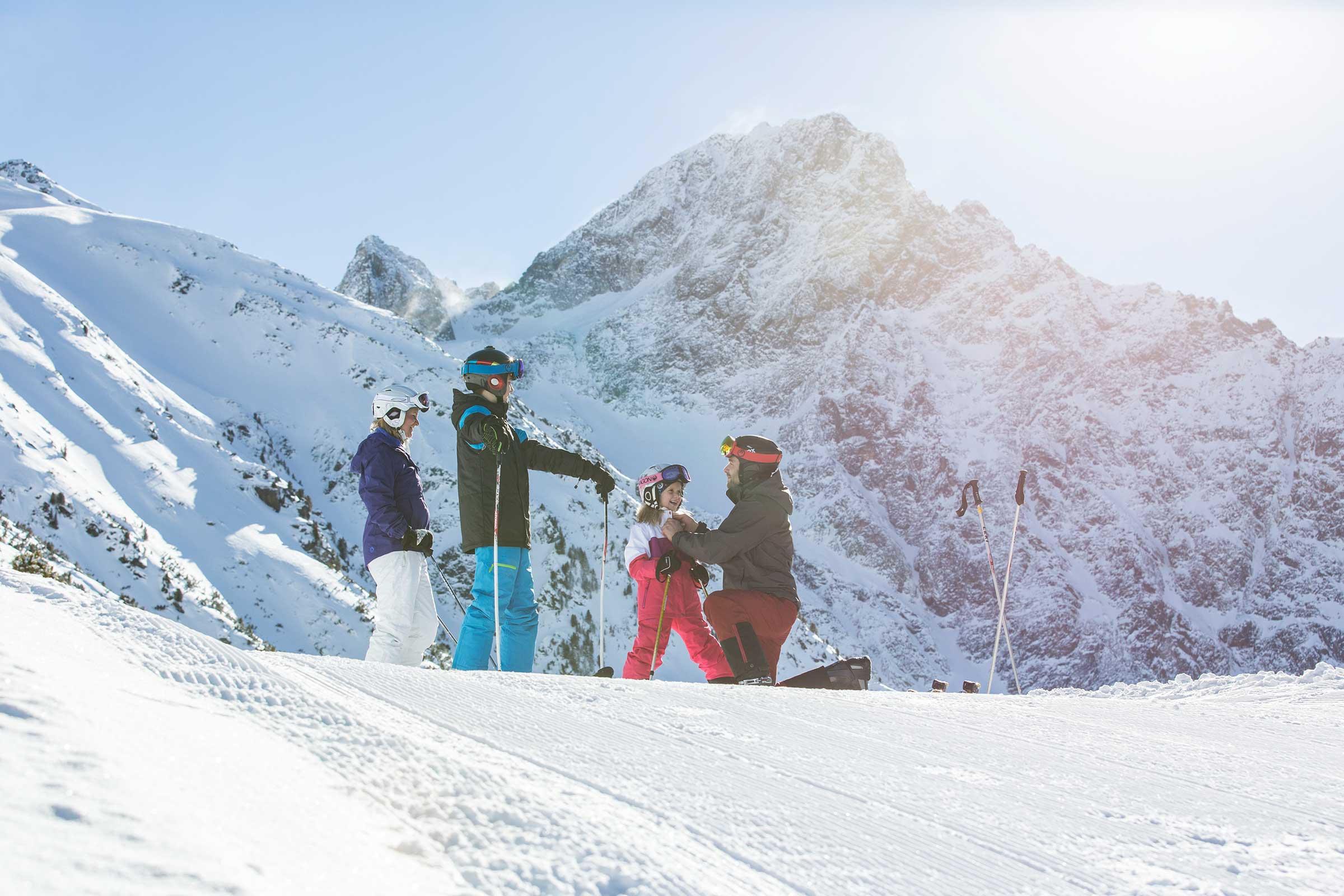 Familie beim Skifahren in Hochoetz - Skifahren im Ötztal