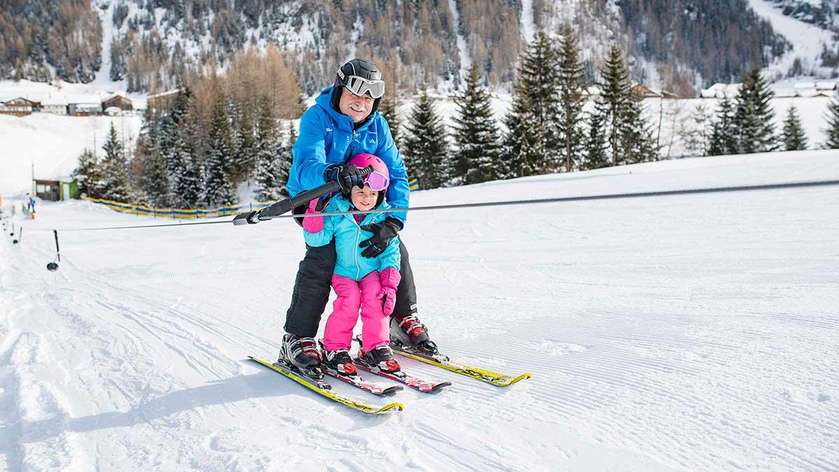Opa und Enkelin am Lift - Skiurlaub im Ötztal