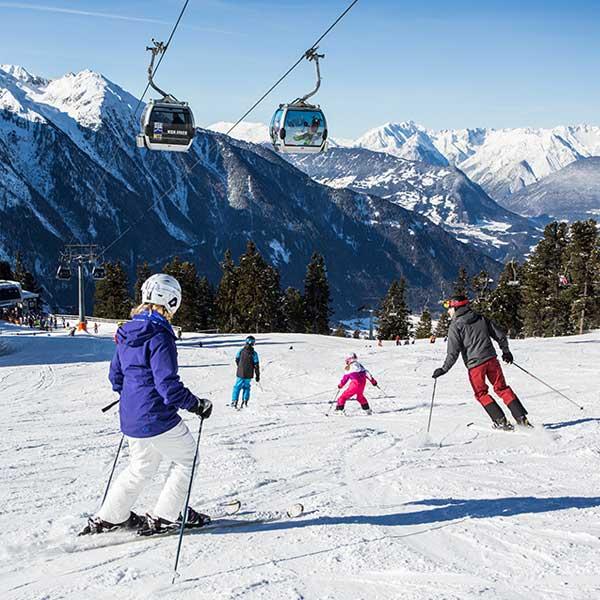 Familie beim Skifahren in Hochoetz - Skiurlaub im Ötztal