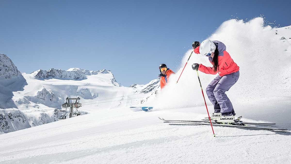 Zwei Skifahrer auf der Piste haben Spaß - Skigebiet Ötztal