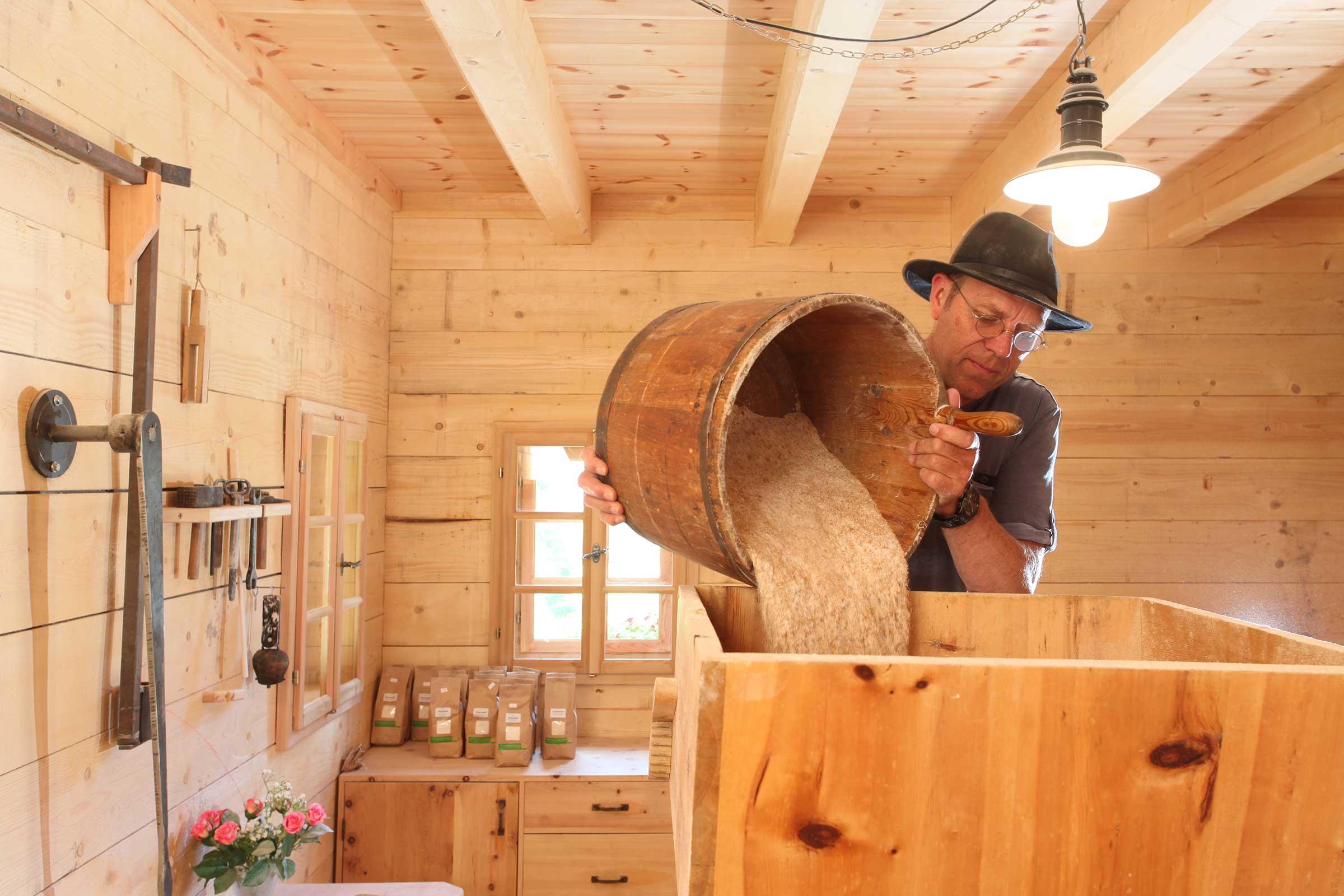 Getreide mahlen - Brot selbst backen im Ötztal