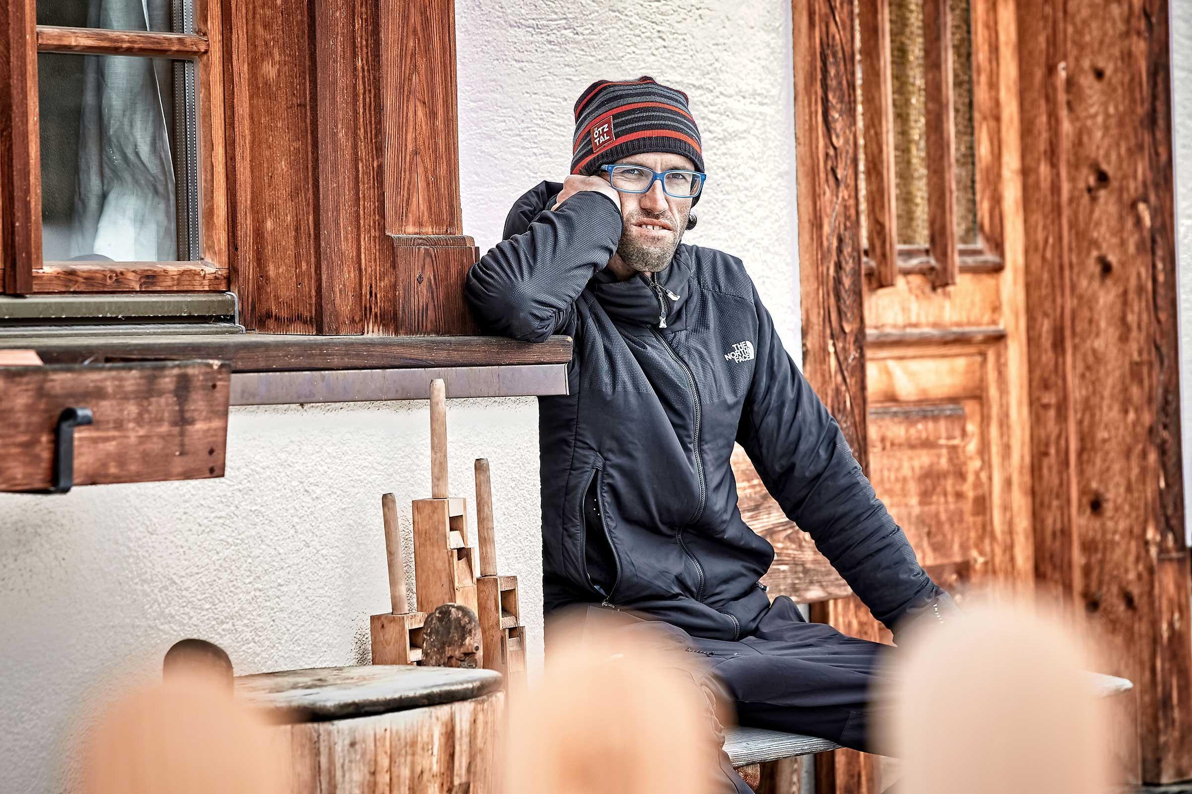Hansjörg Auer vor altem Holzhaus - Abschied von den Besten