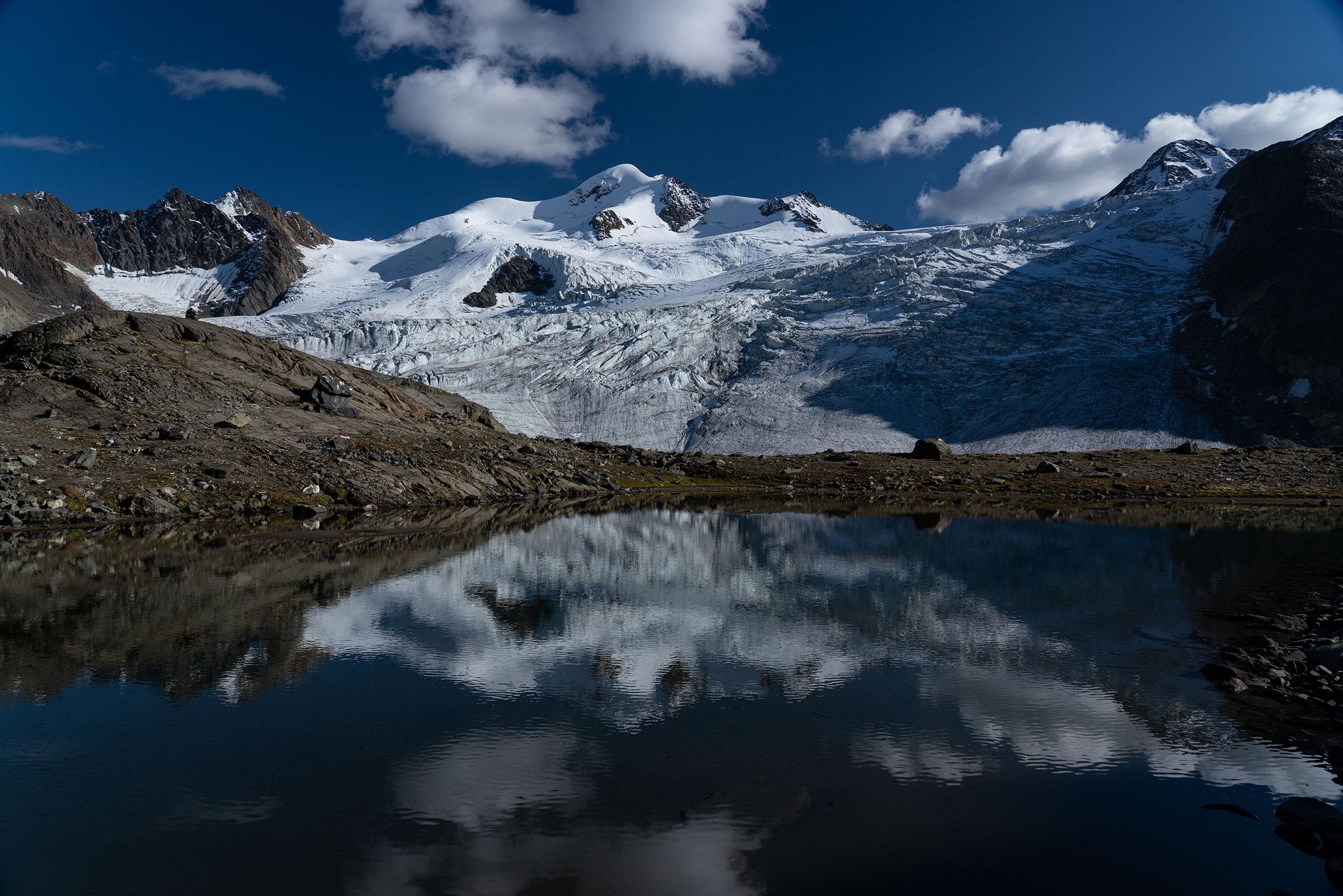 Wildspitze mit See im Vordergrund - Ötztaler Gletscher