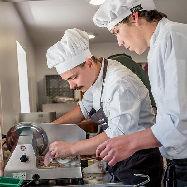 Silvius Scheiber und Pascal Schöpf beim Kochen - Kulinarik Ötztal
