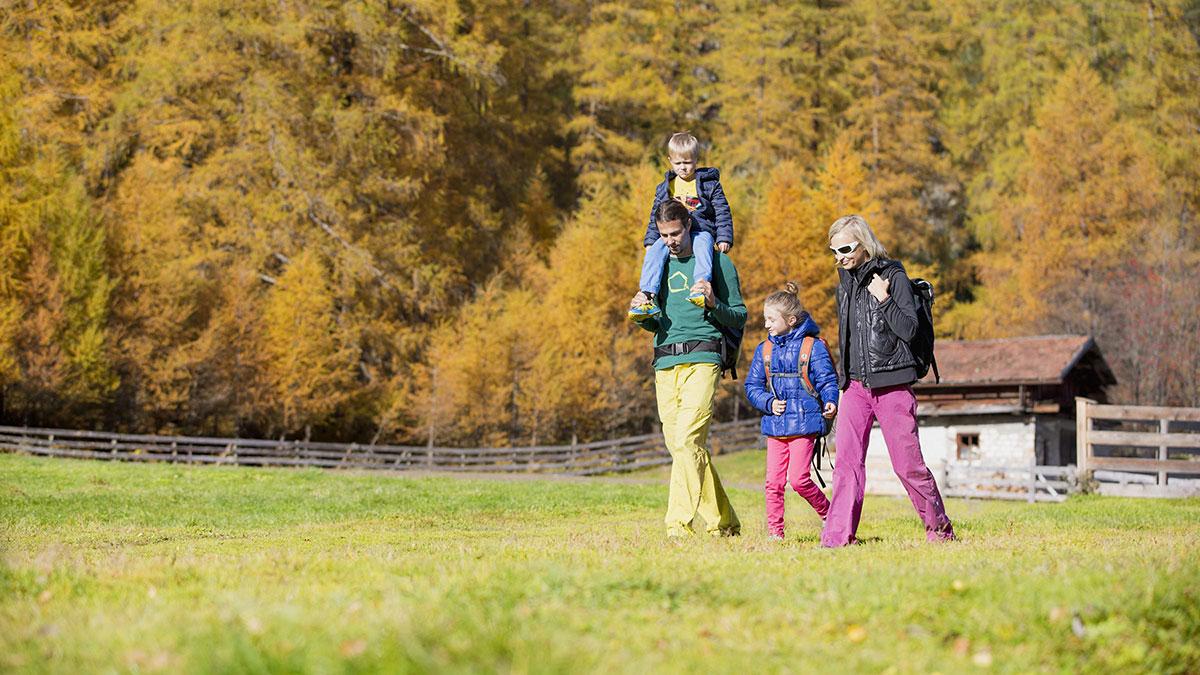 Familie beim Wandern im Herbst